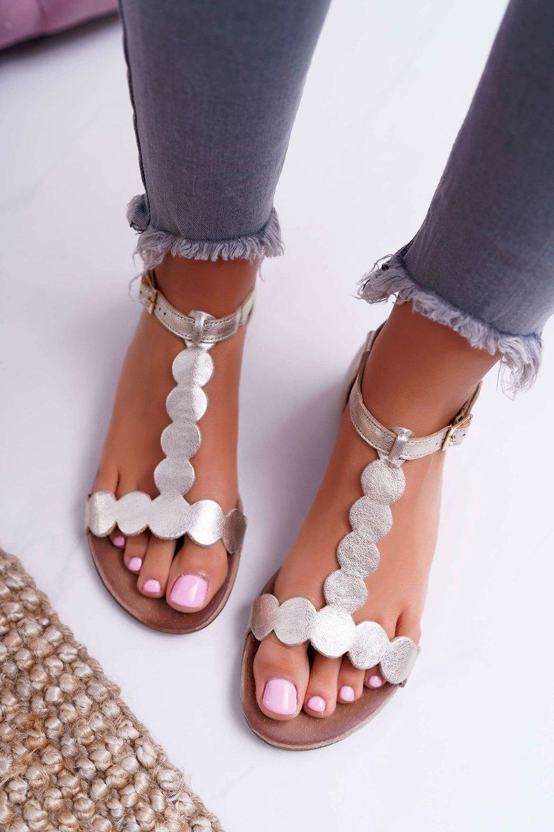 Modne sandały damskie płaskie – skórzane, złote a może z